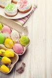 Pasen met gele tulpen, kleurrijke eieren en traditionele cakes royalty-vrije stock foto's