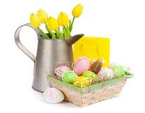 Pasen met kleurrijke eieren en gele tulpen Royalty-vrije Stock Foto