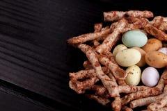 Pasen-nest met eieren en zwarte ruimte Stock Foto