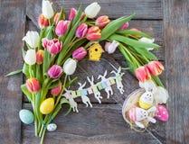 Pasen-nest met tulpen Royalty-vrije Stock Afbeeldingen