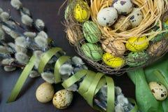 Pasen-nest, vakantiedecoratie, bloemen, kant en banden, pussy royalty-vrije stock foto's