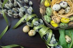Pasen-nest, vakantiedecoratie, bloemen, kant en banden, pussy royalty-vrije stock fotografie