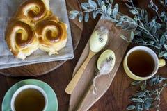 Pasen-ochtend met eieren, brood en thee stock afbeelding
