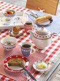 Pasen-ontbijt met thee en brood stock afbeelding