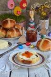 Pasen-ontbijt met traditioneel heet dwarsbroodjes, jam, boter en ei Vakantie stilleven Feestelijke lijstplaats het plaatsen decor royalty-vrije stock afbeeldingen
