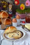 Pasen-ontbijt met traditioneel heet dwarsbroodjes, jam, boter en ei Vakantie stilleven Feestelijke lijstplaats het plaatsen decor royalty-vrije stock foto