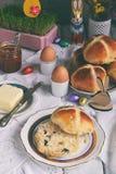 Pasen-ontbijt met traditioneel heet dwarsbroodjes, jam, boter en ei Vakantie stilleven Feestelijke lijstplaats het plaatsen decor stock afbeeldingen