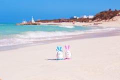 Pasen, paaseieren op het strand, de oceaan en het overzees Royalty-vrije Stock Afbeelding