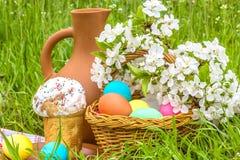 Pasen-picknick in de de lentetuin stock afbeeldingen