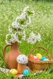 Pasen-picknick op het groene gazon in de tuin royalty-vrije stock afbeeldingen