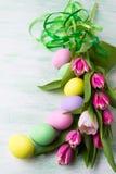 Pasen-regeling met geschilderd eggsand groen lint Royalty-vrije Stock Afbeelding