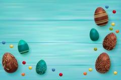 Pasen-samenstelling met chocoladeeieren op kleuren houten achtergrond, ruimte voor tekst 3d geef realistische vector terug Stock Afbeelding