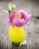Pasen-samenstelling met ei en pastelkleurtulpenbloem en lelies o stock afbeelding