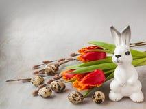 Pasen-samenstelling met tulpen en wilg, eieren en konijn (massa Stock Fotografie