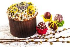 Pasen-samenstelling met vakantiecake, wilgentakken en eieren Stock Foto