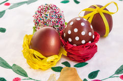Pasen-samenstelling in rustieke stijl met traditionele gekleurde eieren Stock Foto's