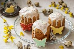 Pasen-samenstelling van Pasen-cakes, koekjes, eieren en forsythiabloemen Rustieke stijl royalty-vrije stock fotografie