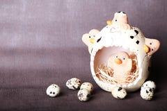 Pasen-samenstelling van paaseieren in het nest op de oude houten achtergrond Stock Foto