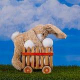 Pasen-scène, teddy konijn en hem voorraden van eieren royalty-vrije stock afbeelding
