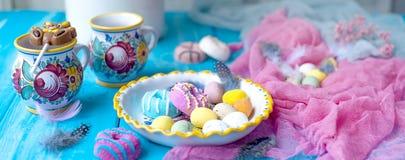 Pasen-snoepjes voor de vakantie De lente Heldere kleuren op mokken thee banner royalty-vrije stock foto