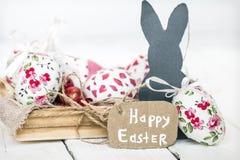 Pasen-stilleven met eieren en konijn Stock Fotografie