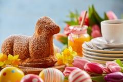 Pasen-theelijst met een cake van het specialiteitenlam stock afbeelding
