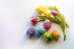 Pasen-tijd, de lentebloemen en gekleurde eieren Royalty-vrije Stock Foto