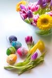 Pasen-tijd, de lentebloemen en gekleurde eieren Royalty-vrije Stock Afbeelding