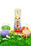 Pasen van de chocolade konijntje en kleurrijke eieren op gras Royalty-vrije Stock Afbeelding