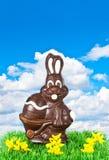 Pasen van de chocolade konijntje over blauwe hemel royalty-vrije stock foto's