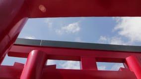 Paseo afortunado con torii japonés metrajes