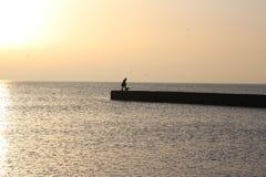 paseo al paseo al mar y a un gran pasatiempo, buenos para la salud, relajación, reuniones románticas, en la playa y en el calient fotos de archivo libres de regalías