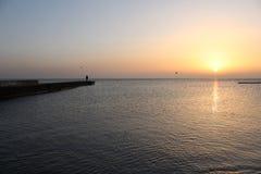 Paseo al mar y a un gran pasatiempo, buenos para la salud, relajación, reuniones románticas, sobre la playa imagen de archivo libre de regalías