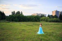 Paseo atractivo hermoso de la mujer en el parque Foto de archivo