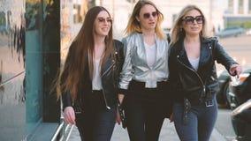 Paseo céntrico de las señoras alegres de la amistad de las mujeres almacen de video