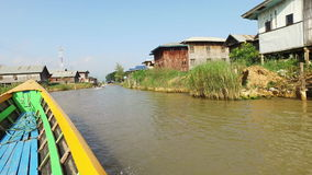 Paseo con el barco en el pueblo del lago Inle metrajes