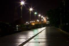 Caminando las calles en la noche Fotos de archivo