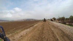 Paseo de ATV en la suciedad fangosa campo a través