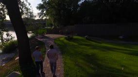 Paseo de dos hombres en el parque almacen de metraje de vídeo