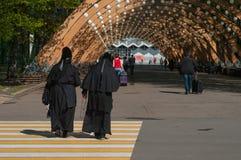Paseo de dos monjas en el parque Foto de archivo