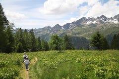 Paseo de dos muchachos en montañas Imágenes de archivo libres de regalías
