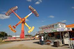 Paseo de emoción en parque de atracciones Imagen de archivo