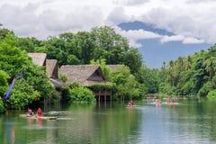 Paseo de julio 15,2017 en balsa en el río en el escudero del chalet, Laguna imagenes de archivo