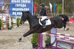 Paseo de K.Kovaleva el la vida Stile-02 del caballo Imagen de archivo