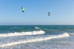 Paseo de Kiters en las ondas en la playa de Mui Ne, Imagen de archivo libre de regalías
