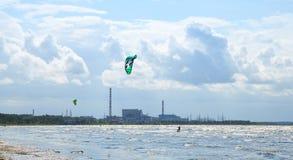 Paseo de Kitesurfers las ondas del golfo de Finlandia Fotografía de archivo