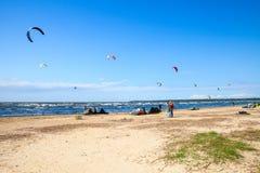 Paseo de Kitesurfers las ondas del golfo de Finlandia Imagenes de archivo