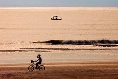 Paseo de la bici de la mañana imagenes de archivo