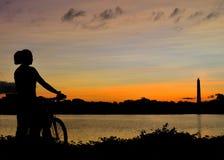 Paseo de la bici de la salida del sol en Washington DC foto de archivo