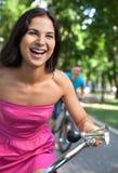 Paseo de la bici en el parque. Imagen de archivo libre de regalías